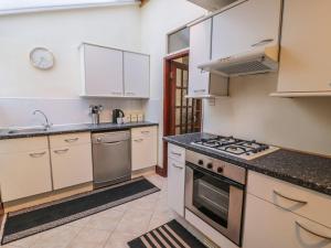 A kitchen or kitchenette at 46 Carneddi Road, Bangor