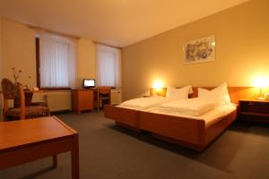 Ein Bett oder Betten in einem Zimmer der Unterkunft Hotel Weisse Taube