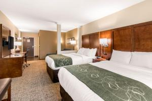 A bed or beds in a room at Comfort Suites Denver near Anschutz Medical Campus