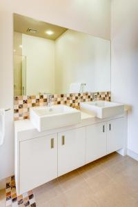 A bathroom at Mantra Charles Hotel