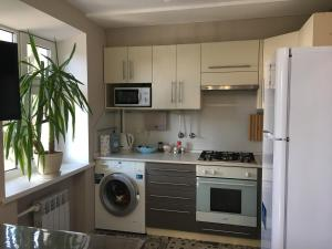 A kitchen or kitchenette at Апартаменты на Стачки 23