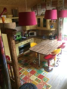 A kitchen or kitchenette at chalet des petits loups