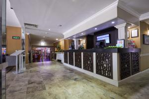 The lobby or reception area at Mercure Milton Keynes