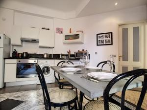 A kitchen or kitchenette at Nestor&Jeeves - NOE - Central - Close sea - Spacious