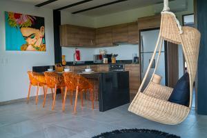 Cuisine ou kitchenette dans l'établissement Jungle view Luxury Condo