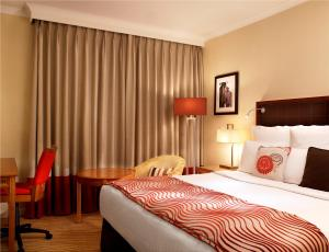 A bed or beds in a room at Edinburgh Marriott Hotel