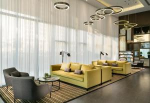 A seating area at Centro Westside by Rotana