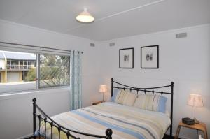 A bed or beds in a room at HIGHTIDE