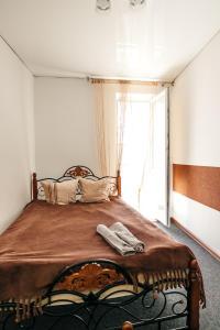 Кровать или кровати в номере Suvorov's Apartment