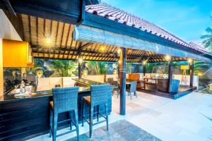 A restaurant or other place to eat at Gili Villas