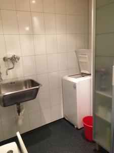 A bathroom at Marifjøra Sjøbuer