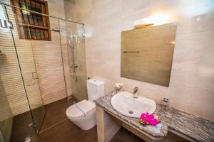 A bathroom at Villa Crystals