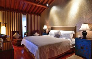 A bed or beds in a room at Jingshan Garden Hotel