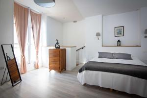 A bed or beds in a room at Le Relais Du Petit Lion