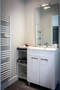 A bathroom at Le Relais Du Petit Lion