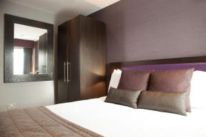 A bed or beds in a room at EPIC Apart Hotel - Duke Street