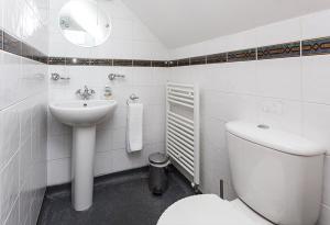 A bathroom at Gable End Guest House