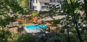 Ein Blick auf den Pool von der Unterkunft Hotel Elfenmühle oder aus der Nähe