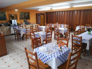 A restaurant or other place to eat at Hotel Vaqueros
