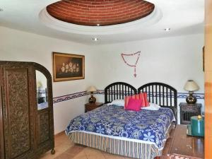 A bed or beds in a room at Hotel Posada Mexicana