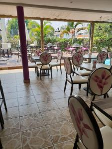 A restaurant or other place to eat at Orquidea GuestHouse Spa & Restaurant