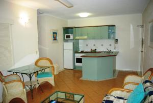 A kitchen or kitchenette at Palm Cove Tropic Apartments