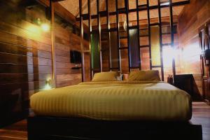 เตียงในห้องที่ The For Rest Resort