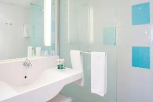 A bathroom at Novotel Saint-Quentin en Yvelines