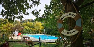 Vista sulla piscina di Casale del Sole Garda o su una piscina nei dintorni