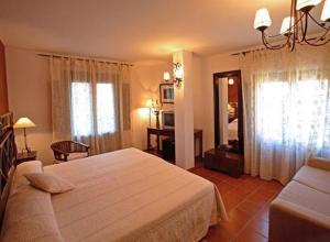 A bed or beds in a room at Hotel Spa Villa de Mogarraz