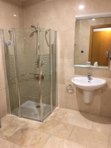 Un baño de Encasa Hotel Almansa