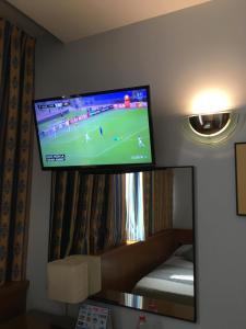 Una televisión o centro de entretenimiento en Encasa Hotel Almansa