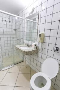 A bathroom at Hotel Express São Leopoldo