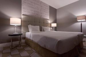 A bed or beds in a room at Hotel Do Colegio