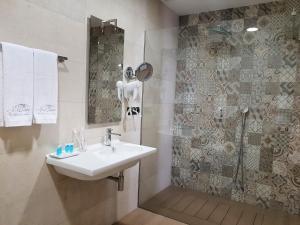 A bathroom at Maison Boutique Hotel