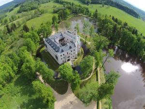 A bird's-eye view of Zamek Karpniki Schloss Fischbach