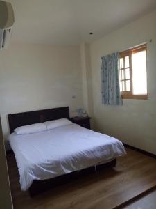 梅好石屋房間的床