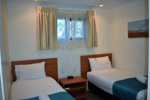 A bed or beds in a room at Best Western Tuscany on Tor Motor Inn