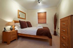 A bed or beds in a room at Fantastic 2 bed apartment, Jago Court, Newbury