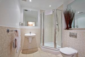 A bathroom at Fantastic 2 bed apartment, Jago Court, Newbury