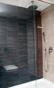 A bathroom at Met Boutique Hotel