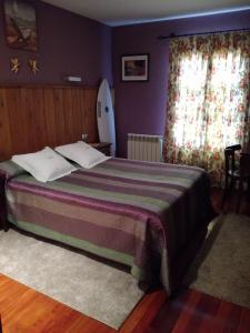 A bed or beds in a room at Hotel Rural Cuartamenteru