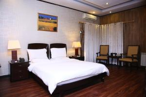 A bed or beds in a room at Safari Club 2 Bahria Town