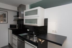 Een keuken of kitchenette bij Apartments Happy Family EP-Tickets garantiert bei uns für jeden beliebigen Tag erhältlich !!