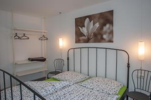 Een bed of bedden in een kamer bij Apartments Happy Family EP-Tickets garantiert bei uns für jeden beliebigen Tag erhältlich !!