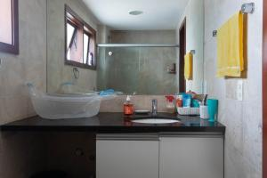 A bathroom at Apartamento no Taiba Beach Resort