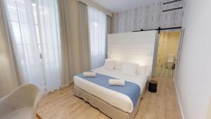 A bed or beds in a room at Madeinterranea Suites