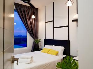 A bed or beds in a room at Malacca The Wave by Cobnb