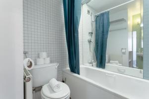 A bathroom at 1 Bedroom Flat in Zone 2 of London