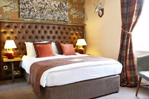 A bed or beds in a room at The Coleshill by Greene King Inns